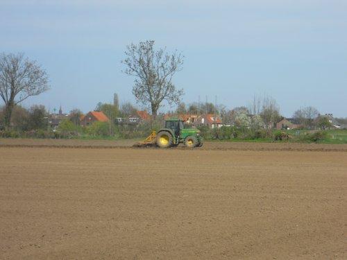 Foto van een John Deere 6010 Serie, bezig met ploegen / eggen.. Geplaatst door JJ op 14-04-2011 om 23:17:01, op TractorFan.nl - de nummer 1 tractor foto website.