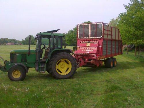 Foto van een John Deere 6200 SE, bezig met gras inkuilen.. Geplaatst door dion-6210 op 06-05-2011 om 23:59:33, met 3 reacties.