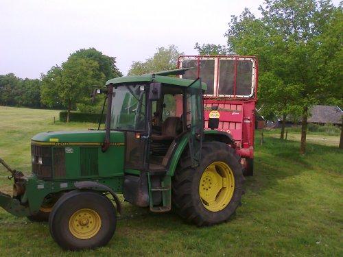 Foto van een John Deere 6200 SE, bezig met gras inkuilen.. Geplaatst door dion-6210 op 06-05-2011 om 23:59:51, op TractorFan.nl - de nummer 1 tractor foto website.