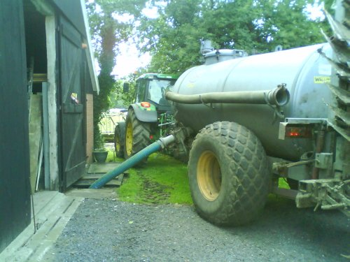 Foto van een John Deere 6320 SE, hèhè het past (net). Geplaatst door Fendeere op 22-06-2011 om 17:29:40, met 5 reacties.