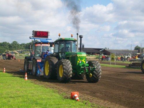Foto van een John Deere 4240 S, bezig met tractorpulling. trekkertrek veerle laakdal. Geplaatst door johndeerecounty op 04-07-2011 om 12:33:47, met 3 reacties.