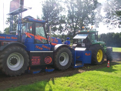 Foto van een John Deere 4240 S, bezig met tractorpulling. trekkertrek veerle laakdal. Geplaatst door johndeerecounty op 04-07-2011 om 12:34:05, op TractorFan.nl - de nummer 1 tractor foto website.