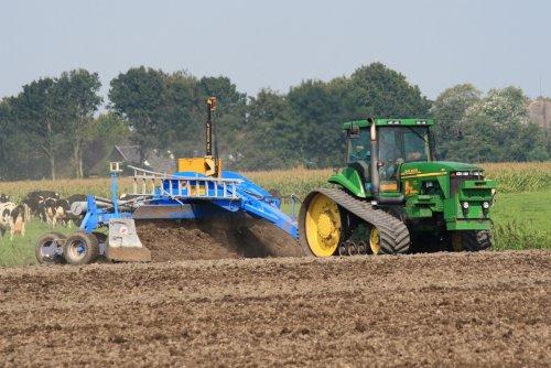 Foto van een John Deere 8410 T, bezig met kilveren. Loonbedrijf Van Diepen uit Spanbroek met hun 8410t met AP kilverbak in de Zuidermeer, meer? http://www.trekkertrekker.nl