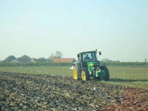 Foto van een John Deere Onbekend, bezig met ploegen / eggen. Geplaatst door NHtvt135 op 24-10-2011 om 17:16:49, met 4 reacties.