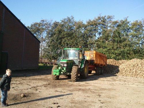 De 6210, bietenrooien. Geplaatst door Ronald88 op 24-10-2011 om 18:49:29, op TractorFan.nl - de nummer 1 tractor foto website.