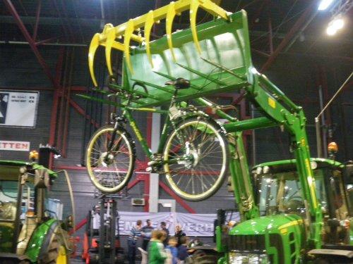 Foto van een John Deere Voorlader, bezig met poseren.. Geplaatst door robbert7130 op 15-12-2011 om 22:14:49, met 15 reacties.