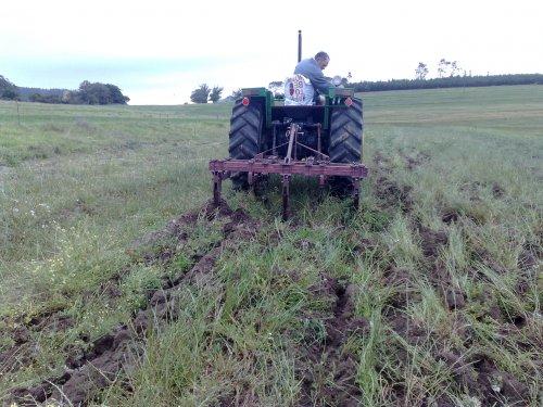 Foto van een John Deere 2400, bezig met ploegen / eggen.. Geplaatst door boerseun op 25-12-2011 om 08:39:52, op TractorFan.nl - de nummer 1 tractor foto website.