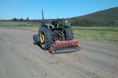Foto van een John Deere 2400 met n Brillion fynsaad planter besig om lusern te plant. Geplaatst door boerseun op 26-12-2011 om 19:04:00, op TractorFan.nl - de nummer 1 tractor foto website.