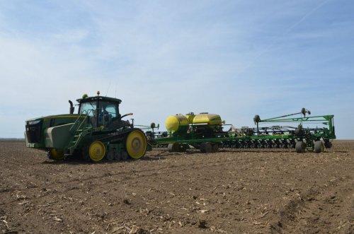 Foto van een John Deere 8360RT met DB60, bezig met zaaien. De mais zaai is begonne in Delavan, Illinois. http://www.crossimplement.com/
