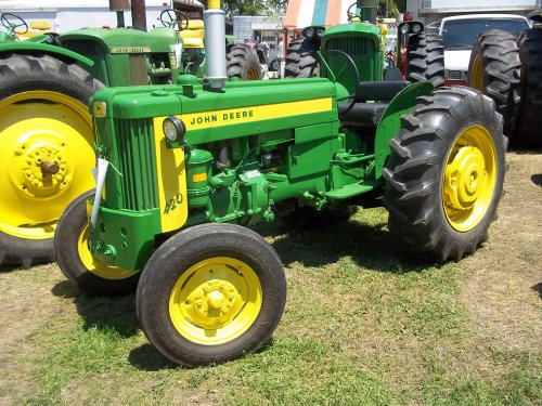 19hp John Deere 420 utility seen in Winamac,Indiana on 7/15/11, bezig met poseren.. Geplaatst door marion5900 op 11-05-2012 om 16:18:41, op TractorFan.nl - de nummer 1 tractor foto website.