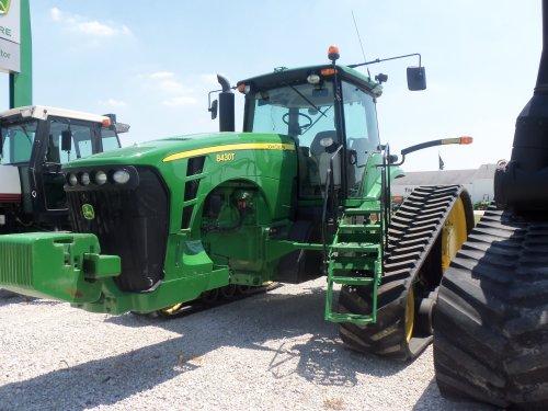 John Deere 8430T has a wide 10 foot rear axle, bezig met poseren.. Geplaatst door marion5900 op 25-05-2012 om 03:45:20, op TractorFan.nl - de nummer 1 tractor foto website.