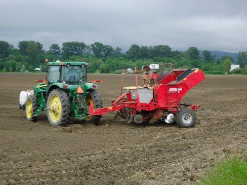 Foto van een John Deere Meerdere, bezig met ploegen / eggen.. Geplaatst door arno1234 op 28-06-2012 om 16:07:16, met 6 reacties.