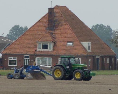 Foto van een John Deere Onbekend, bezig met poseren in noord holland.. Geplaatst door warmerbros op 30-06-2012 om 01:18:56, met 9 reacties.