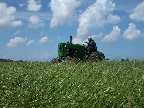 Foto van een John Deere 40, bezig met gras maaien. Mijn opa aan het maaien :). Geplaatst door JD 6430 The Best op 17-07-2012 om 19:32:47, op TractorFan.nl - de nummer 1 tractor foto website.