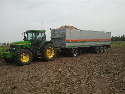 Foto van een John Deere 7710, bezig met aardappels rooien.. Geplaatst door niek-123 op 27-08-2012 om 22:50:16, met 6 reacties.