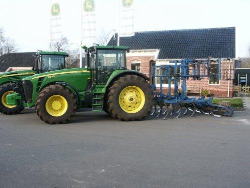 Deze trekker tourt samen met de 8530 met Krampe 3-asser kieper rond door nederland, voor demonstratie's. zie ook John Deere 8530