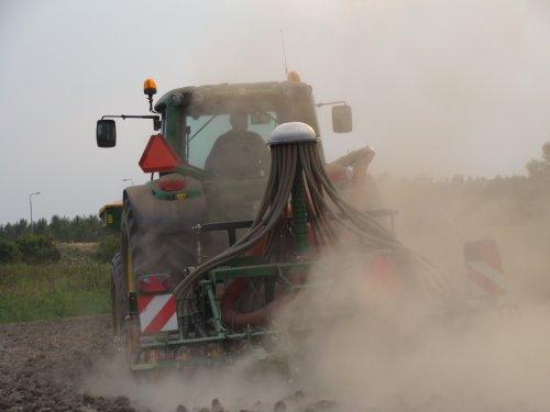 Erf bv. zaaien in Almere met een John Deere 6430. Geplaatst door janrus op 14-10-2012 om 15:18:25, op TractorFan.nl - de nummer 1 tractor foto website.