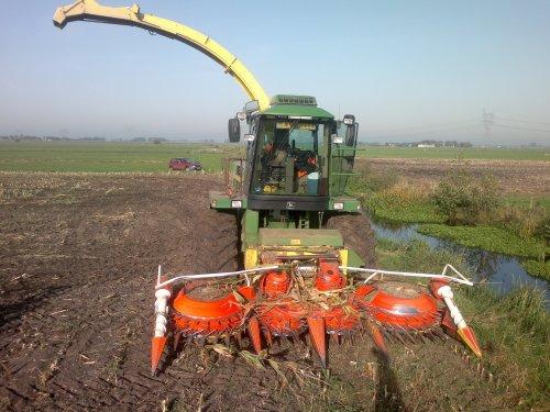 Foto van een John Deere 6750, bezig met maïs hakselen.. Geplaatst door Mengeledriver op 29-10-2012 om 19:28:31, met 4 reacties.