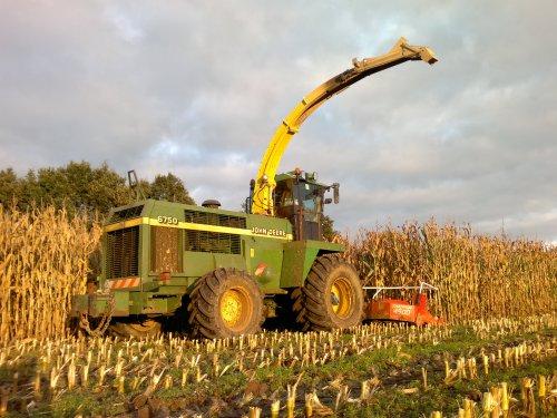 Foto van een John Deere 6750, bezig met maïs hakselen.. Geplaatst door Mengeledriver op 29-10-2012 om 19:29:04, met 5 reacties.