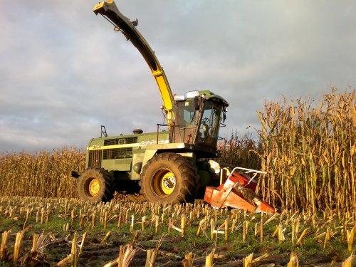 Foto van een John Deere 6750, bezig met maïs hakselen.. Geplaatst door Mengeledriver op 29-10-2012 om 19:29:54, met 7 reacties.