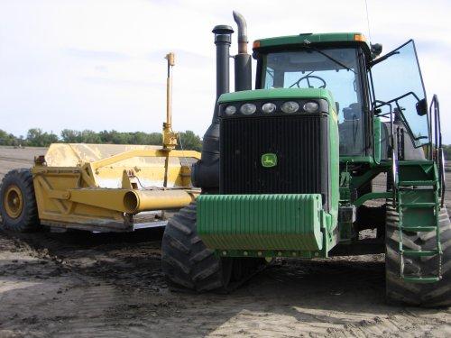 Foto van een John Deere 9320T, bezig met kilveren in Manitoba, Canada. Geplaatst door zepie57 op 11-11-2012 om 20:28:19, op TractorFan.nl - de nummer 1 tractor foto website.