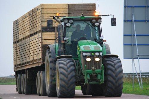 Foto van een John Deere 7730, bezig met poseren. Dikke John Deere 7730 met grote vrachten wortels op transport. Binnenkort meer op http://www.trekkertrekker.nl