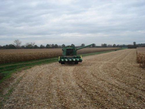 Foto van een John Deere 2256, bezig met poseren. met mais dorsen ff een maar foto's maken. Geplaatst door john deere 4755 op 25-12-2012 om 15:52:39, met 7 reacties.