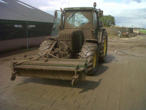 Foto van een John Deere 6410, bezig met poseren. de werf is schoon nu de trekker nog:p. Geplaatst door Rick deerefan op 26-12-2012 om 12:17:29, met 20 reacties.