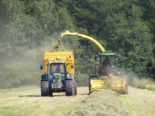 Foto van een John Deere 6750, bezig met gras hakselen.. Geplaatst door Mengeledriver op 26-12-2012 om 16:39:24, met 3 reacties.