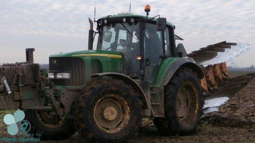 Foto van een John Deere 6920, bezig met ploegen.  Foto gemaakt in Dussen.. Geplaatst door perry-fendt op 29-12-2012 om 19:43:16, met 4 reacties.