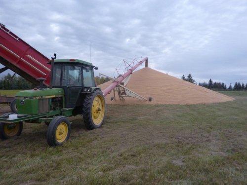 Foto van een John Deere 2750, bezig met poseren. Ff graan op een bult draien. Geplaatst door vuskejd op 30-01-2013 om 10:25:12, met 8 reacties.