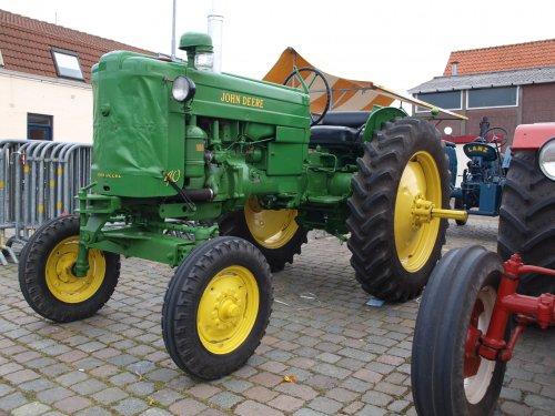 Foto van een John Deere 40, bezig met poseren.  Koninginnedag Arnemuiden. Geplaatst door manus op 05-05-2013 om 13:29:33, op TractorFan.nl - de nummer 1 tractor foto website.