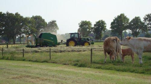 Foto van een John Deere 960, bezig met balen persen. Geplaatst door john deere 4755 op 06-06-2013 om 22:09:54, op TractorFan.nl - de nummer 1 tractor foto website.