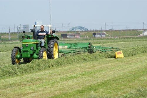 Foto van een John Deere 1030, bezig met gras harken. met een STOLL 1400 hark. Geplaatst door john deere 1030 op 07-06-2013 om 18:41:10, met 6 reacties.