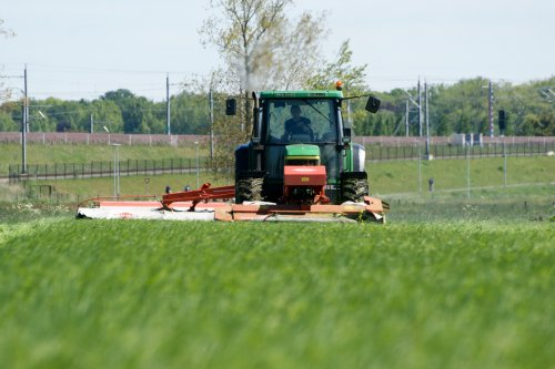 Foto van een John Deere 6510, bezig met gras maaien. met 2 KUHN maaiers. Geplaatst door john deere 1030 op 08-06-2013 om 08:32:17, op TractorFan.nl - de nummer 1 tractor foto website.