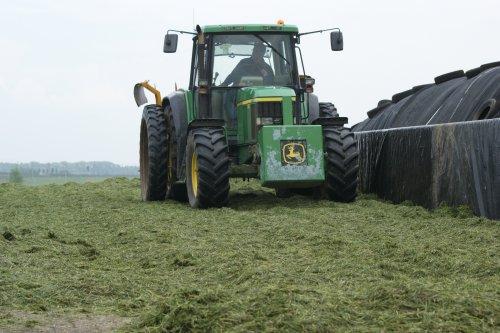 Foto van een John Deere 6510, bezig met gras inkuilen.. Geplaatst door john deere 1030 op 09-06-2013 om 12:35:17, op TractorFan.nl - de nummer 1 tractor foto website.