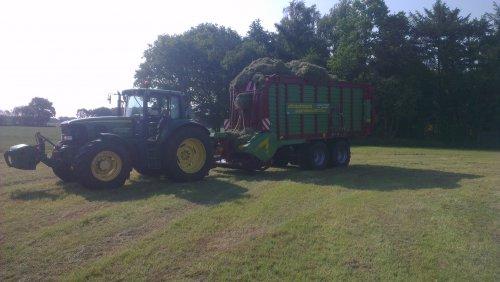 Foto van een John Deere 6920, bezig met gras inkuilen.. Geplaatst door ST-VE op 10-06-2013 om 23:00:30, op TractorFan.nl - de nummer 1 tractor foto website.