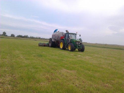 Foto van een John Deere 6510, bezig met bemesten.. Geplaatst door JaspervantOever op 12-06-2013 om 08:28:25, op TractorFan.nl - de nummer 1 tractor foto website.
