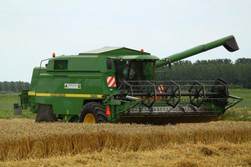 Foto van een John Deere 2256, bezig met maaidorsen.. Geplaatst door alfredo op 11-08-2013 om 13:35:17, op TractorFan.nl - de nummer 1 tractor foto website.