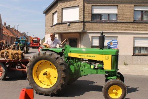 Foto van een John Deere 730, bezig met poseren.  Landbouwoptocht sint margriete kermis 21-7-13.. Geplaatst door NHtvt135 op 18-08-2013 om 15:07:16, op TractorFan.nl - de nummer 1 tractor foto website.