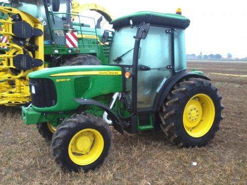 Foto van een John Deere 5090GF, bezig met poseren. Werktuigendagen 2013 Oudenaarde.. Geplaatst door john deere 6210R op 23-09-2013 om 19:52:20, op TractorFan.nl - de nummer 1 tractor foto website.