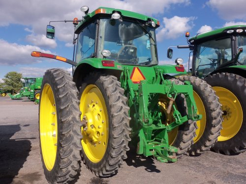 John Deere 8220 with high thin tires, bezig met poseren.. Geplaatst door marion5900 op 17-10-2013 om 03:32:24, op TractorFan.nl - de nummer 1 tractor foto website.