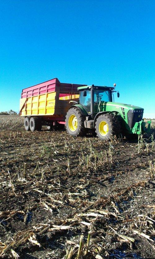 Foto van een John Deere 8225R, Blackfalds, Alberta, Canada.. Geplaatst door JordiValmetValtra op 23-10-2013 om 04:31:56, op TractorFan.nl - de nummer 1 tractor foto website.