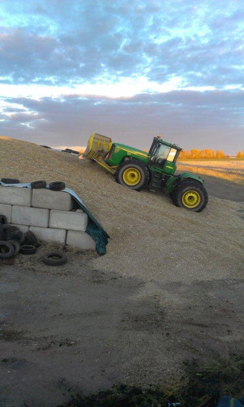 Foto van een John Deere 9520, Blackfalds, Alberta, Canada.. Geplaatst door JordiValmetValtra op 31-10-2013 om 19:06:21, met 4 reacties.