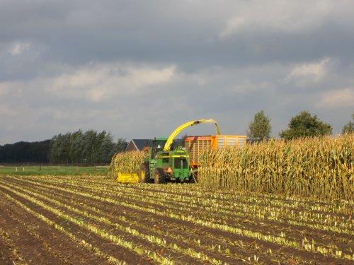 Foto van een John Deere 6750, bezig met maïs hakselen.. Geplaatst door tominterfan op 01-11-2013 om 19:25:34, met 3 reacties.