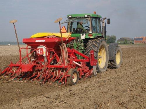 Foto van een John Deere 7700, bezig met zaaien.. Geplaatst door manus op 04-11-2013 om 13:50:39, op TractorFan.nl - de nummer 1 tractor foto website.