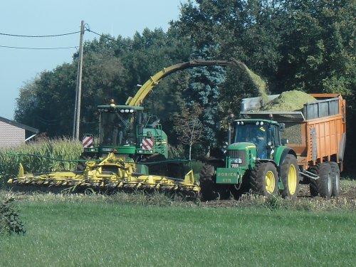 Foto van een John Deere Meerdere, bezig met maïs hakselen. Loonbedrijf Baeyens uit Kasterlee. Geplaatst door fend1984 op 04-11-2013 om 17:11:27, met 8 reacties.