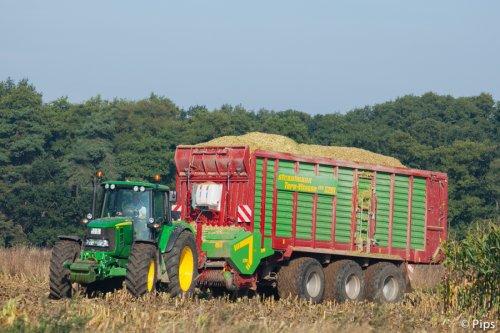 Van De Tillaart Dairy in Oost-Duistland hakselt zijn eigen maïs... De Strautmann lijkt wel gigantisch aan de JD. (2013)