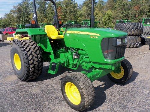 John Deere 5045D with turf tires, bezig met poseren.. Geplaatst door marion5900 op 10-11-2013 om 05:05:43, met 2 reacties.