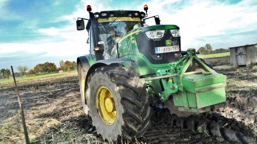 Foto van een John Deere 6210R, bezig met poseren. loonbedrijf Aernouts Tax. Geplaatst door kevinmertens op 11-11-2013 om 19:53:10, op TractorFan.nl - de nummer 1 tractor foto website.